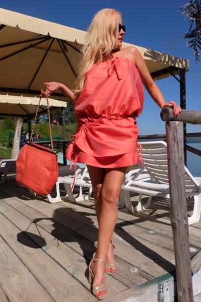 Ефектна къса рокля в коралов цвят